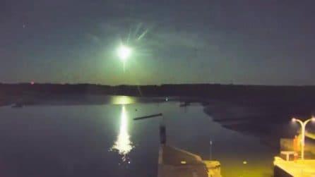 La meteora passa in cielo e illumina tutto per alcuni secondi