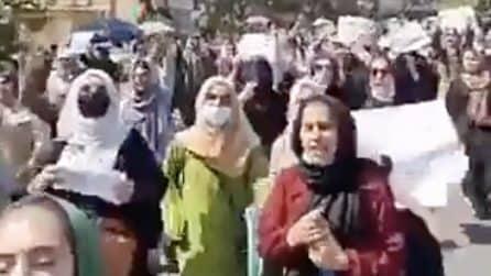 Kabul, la protesta di centinaia di donne contro i talebani: lotta per la parità in Afghanistan