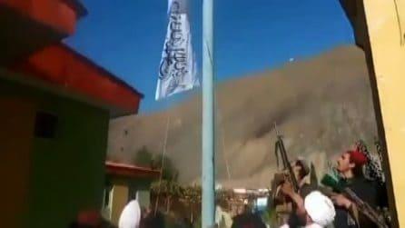 I talebani esultano: issata la bandiera dell'emirato in Panshir