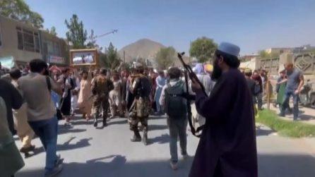 I talebani sparano per disperdere una manifestazione a Kabul
