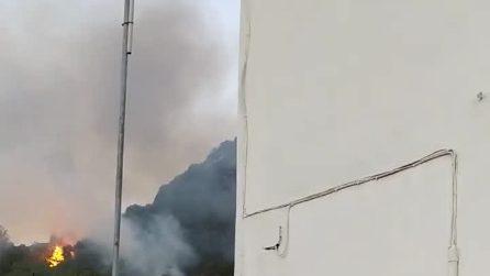 Ischia, la collina di Barano brucia da ore: evacuate due case