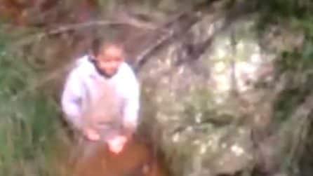 Ritrovato bimbo di 3 anni disperso: il momento emozionante in cui la polizia scopre che è vivo