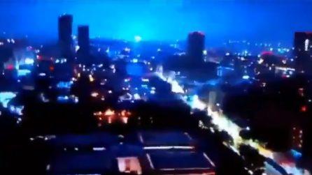 Luci bianche e azzurre dopo il forte terremoto: il fenomeno elettromagnetico generato dal sisma