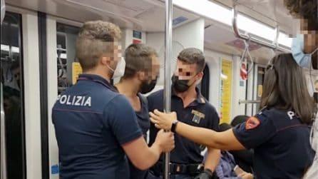 """Milano, il video di un passeggero in manette sulla metro. La polizia: """"Ha dato in escandescenze"""""""