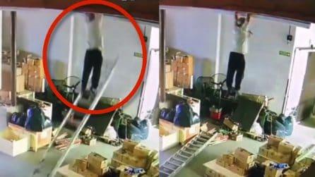 La scala cade, l'uomo ha dei riflessi incredibili