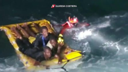Barcone affonda a Lampedusa, migranti portati in salvo dalla Guardia Costiera