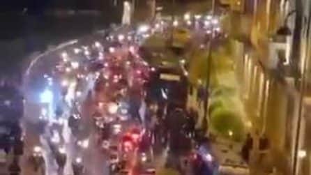 Napoli-Juve, corteo di scooter all'esterno dell'hotel in cui alloggiano i bianconeri