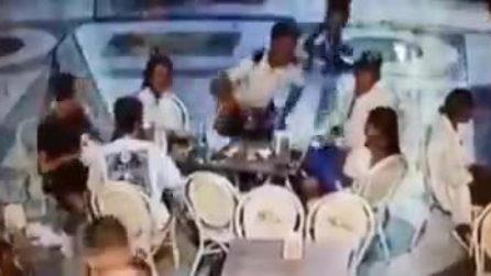 Napoli, consumano al bar in Galleria Umberto e poi scappano senza pagare