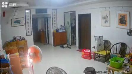 Occhi puntati sul ventilatore acceso: le telecamere mostrano cosa accade in questa casa
