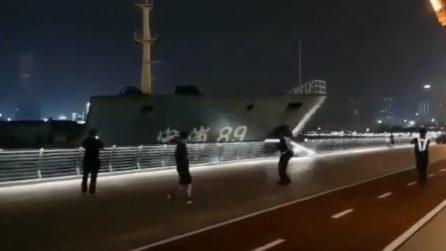 Tremendo impatto contro il molo, la nave cargo si schianta