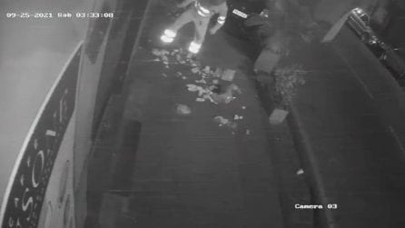 Napoli, spazzini ripresi in un video mentre spargono rifiuti in strada