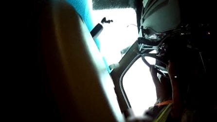 Tornado ribalta un tir: le immagini spaventose a bordo con l'autista