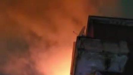 Incendio a Milano, fiamme in un palazzo in via Paravia