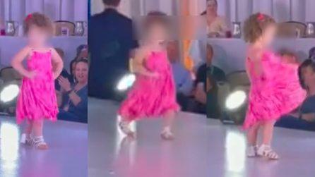 Bambina sale in passerella e ruba la scena a tutte le altre modelle