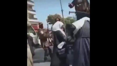 I talebani picchiano le donne in strada a Mazar-i-Sharif