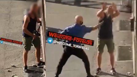 Un manubrio da palestra per scassinare il bancomat, agente lo affronta con spray al peperoncino