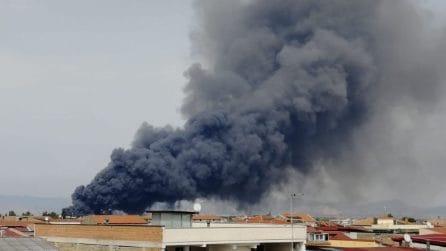 Grosso incendio nel Casertano, colonna di fumo alta metri nella zona di Teverola