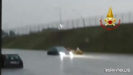 Nubifragio a Malpensa, i soccorsi in gommone per le auto sommerse