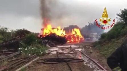 Roma, bruciano parti di binari a ridosso della ferrovia a Portonaccio: fiamme e fumo