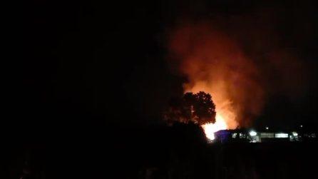 Incendio in un capannone di legno, la struttura crolla divorata dalle fiamme