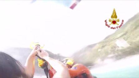 Genova, ragazzo finisce nel mare in tempesta: salvato dai vigili del fuoco