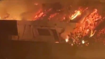 La lava travolge le case, l'eruzione drammatica del vulcano nell'isola di La Palma