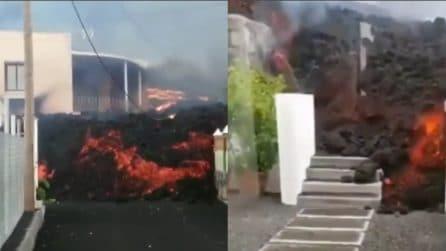 Canarie, le impressionanti immagini della lava che scioglie le case