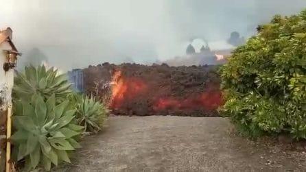 L'impressionante colata di lava che si avvicina alle case dopo l'eruzione
