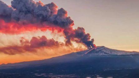 L'Etna ritorna a eruttare. La colonna di fumo visibile da lontanissimo