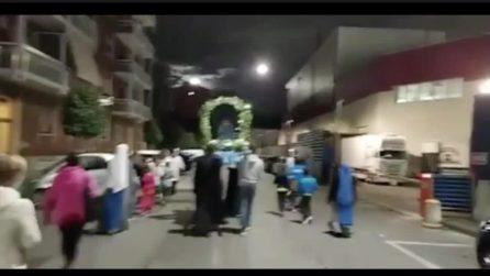 """""""Chi non salta non è di Maria"""", il coro del prete durante la processione"""