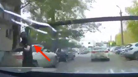Imbraccia il fucile e spara alle auto in strada: l'attentatore russo prima della strage all'università