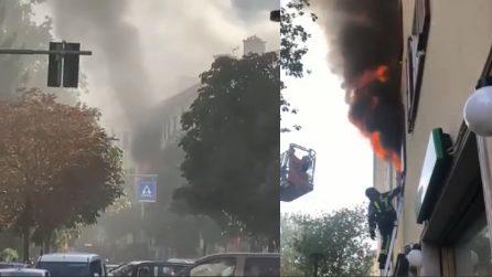 Spaventoso incendio in un appartamento, ci sono feriti