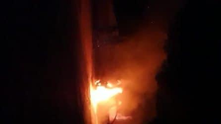 """Manfredonia, gli bruciano l'auto: """"Ci dicono gay di m**, morite"""""""