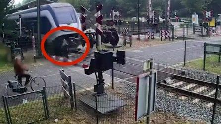 Il comportamento della donna è inspiegabile mentre arriva un treno a tutta velocità