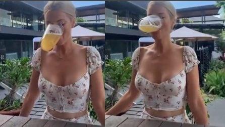 Beve birra senza usare le mani: non cade nemmeno una goccia!