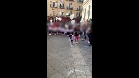 Raffaella lascia l'ospedale Santobono di Napoli e torna a scuola tra gli applausi degli altri bimbi