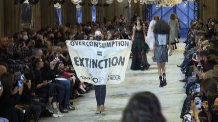 La protesta per il clima durante la sfilata Louis Vuitton