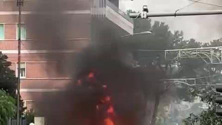 Auto in fiamme in mezzo alla strada al Vomero, zona collinare di Napoli