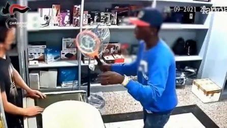 Foggia, uomo tenta rapina armato di racchetta anti-zanzare: inizia colluttazione con il proprietario