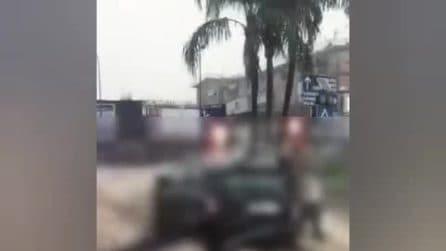 La pioggia allaga la strada, per salvare i figli rischiano di venire travolte dall'acqua