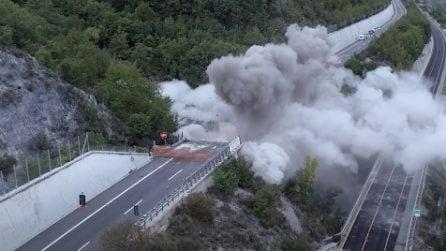 L'Aquila, il viadotto crolla e si alza una gigantesca nuvola di detriti: la demolizione vista dal drone
