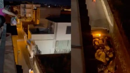 Lancia sacchetti della spazzatura dal terzo piano facendo canestro nel camion dell'immondizia