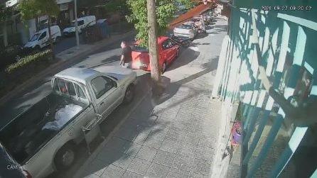 Terremoto a Creta, la gente scappa impaurita in strada durante la scossa