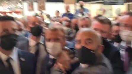 Il presidente francese Macron colpito da un uovo durante una visita a Lione
