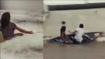 Una grossa barca rischia di travolgerli, i due ragazzini si salvano