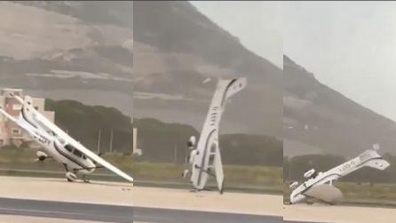 Alghero, aereo ribaltato da una tromba d'aria: tutta la furia del vento
