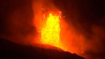 Eruzione Canarie, la lava del vulcano raggiunge l'Oceano