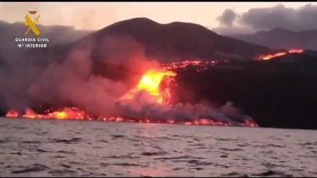Eruzione vulcano Canarie, il momento in cui la lava arriva in mare