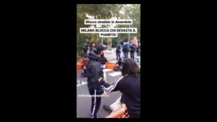 Clima, protesta prima della Pre-Cop26 a Milano: tensione tra polizia e giovani attivisti