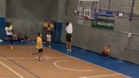 Tamberi vince torneo di basket 1vs1 dando spettacolo: palleggio, tunnel e schiacciata